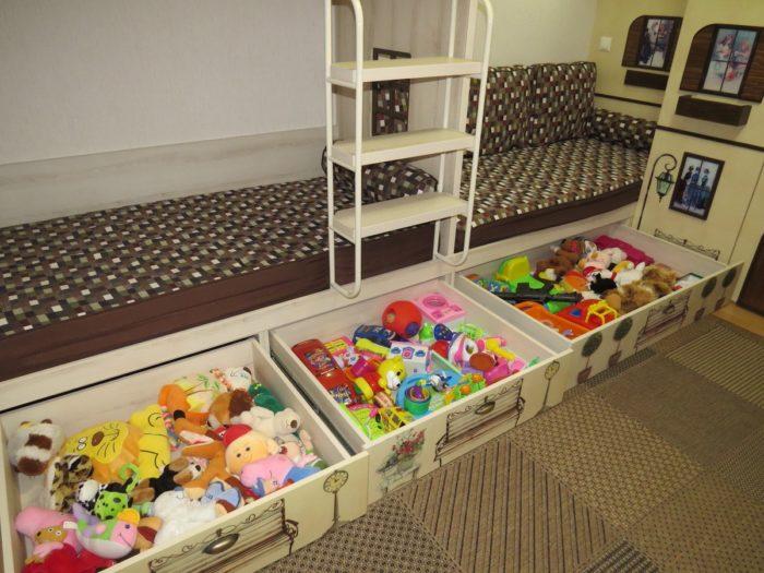 Ящики для игрушек для троих детей