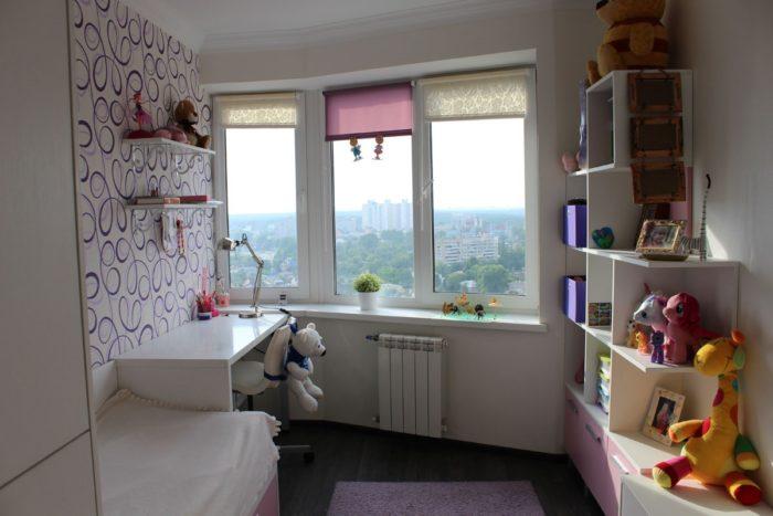 Белая глянцевая мебель в детской для девочек