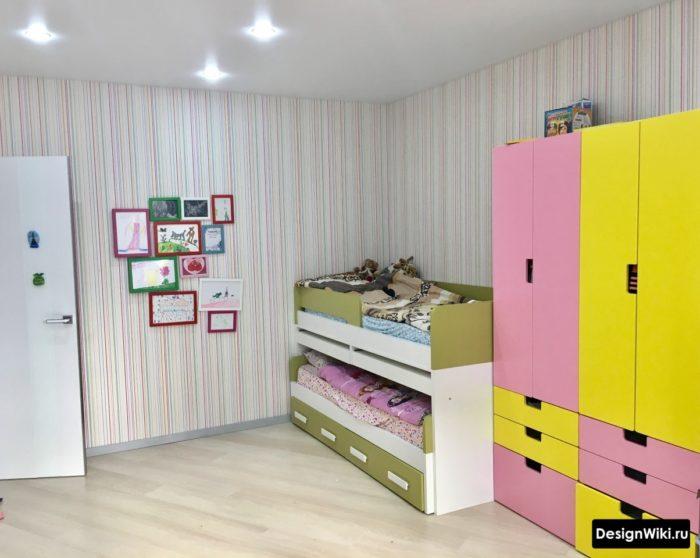 Желто-розовый шкаф для двух девочек