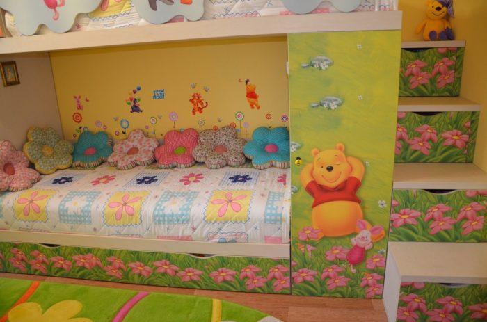 Мультяшный дизайн детской для двух девочек
