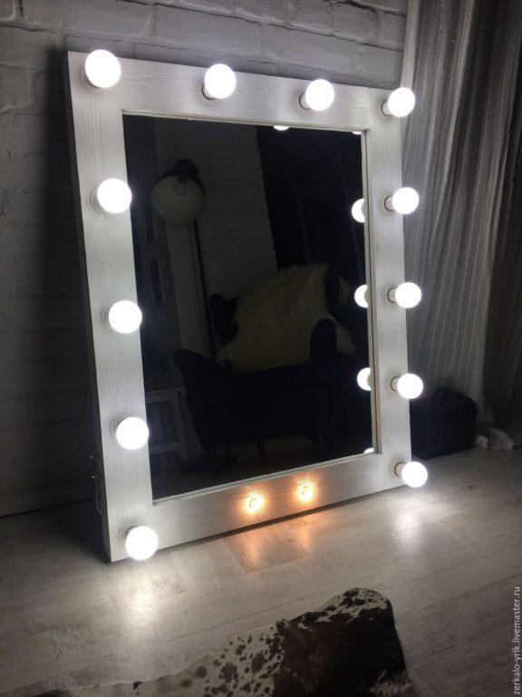 Отдельностоящее гримёрное зеркало с подсветкой