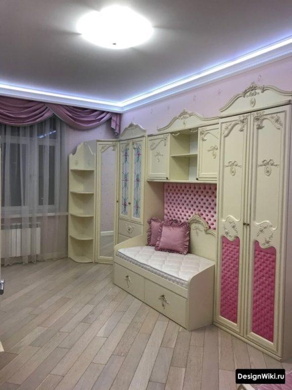 Паркет и потолок с подсветкой в комнате двоих девочек