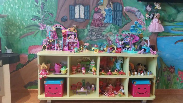 Полки для игрушек в детской