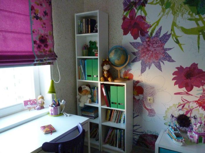 Рабочий стол возле окна в детской
