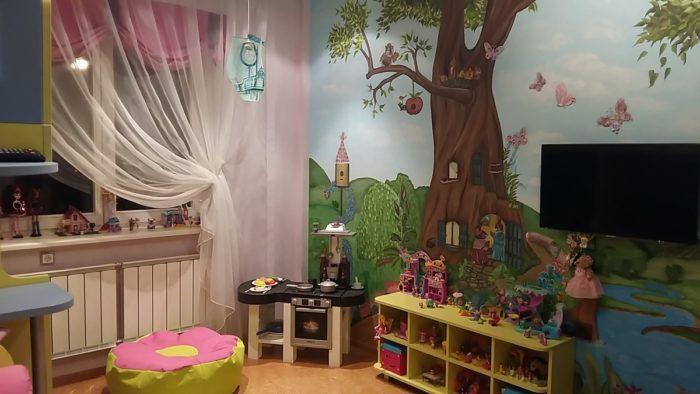 Расписанная стена детской для двух девочек