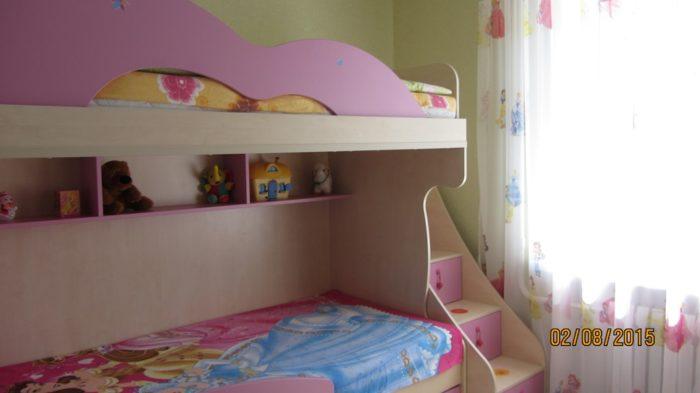Розовая двухъярусная кровать в детской