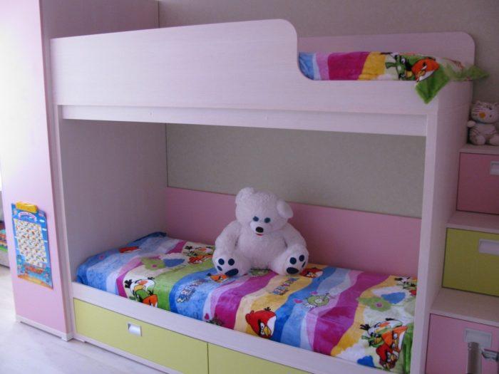 Розовая мебель в детской