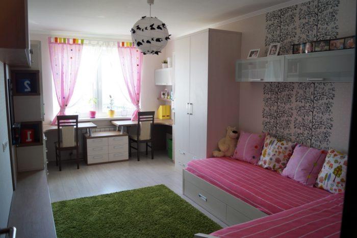 Розовые шторы в детской для двоих девочек