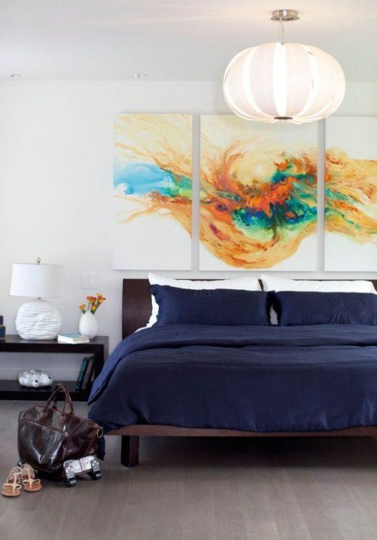 Современная картина-абстракция в спальне