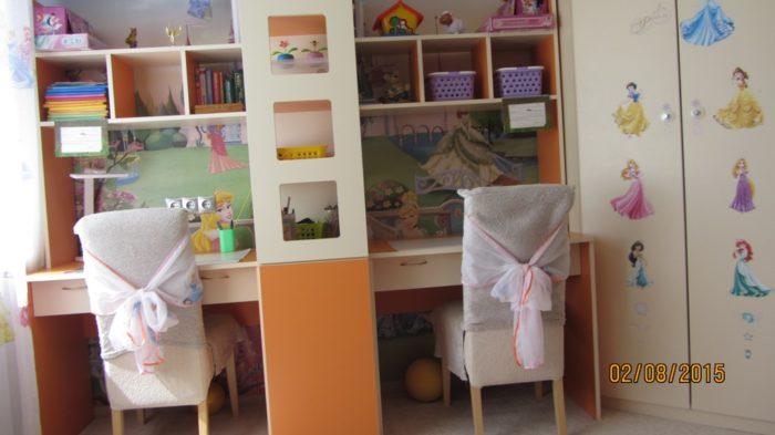 Стол в детской для двух девочек
