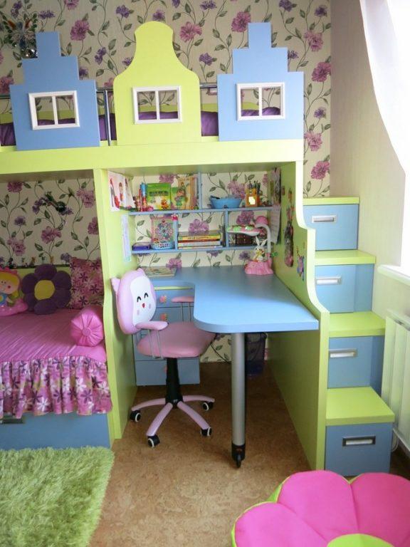 Ступеньки с ящиками в детской комнате