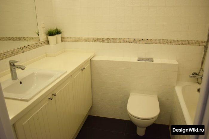 Бежевая плитка в маленькой ванной комнате
