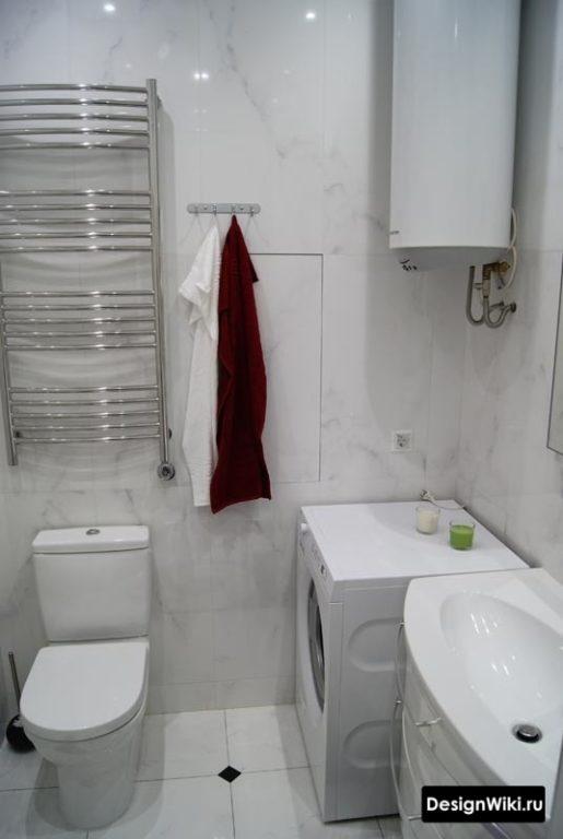 Белая ванная с бойлером и стиральной машиной