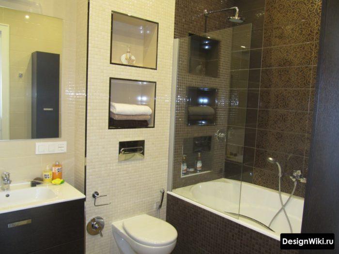 Белая и черная плитка в небольшой ванной комнате