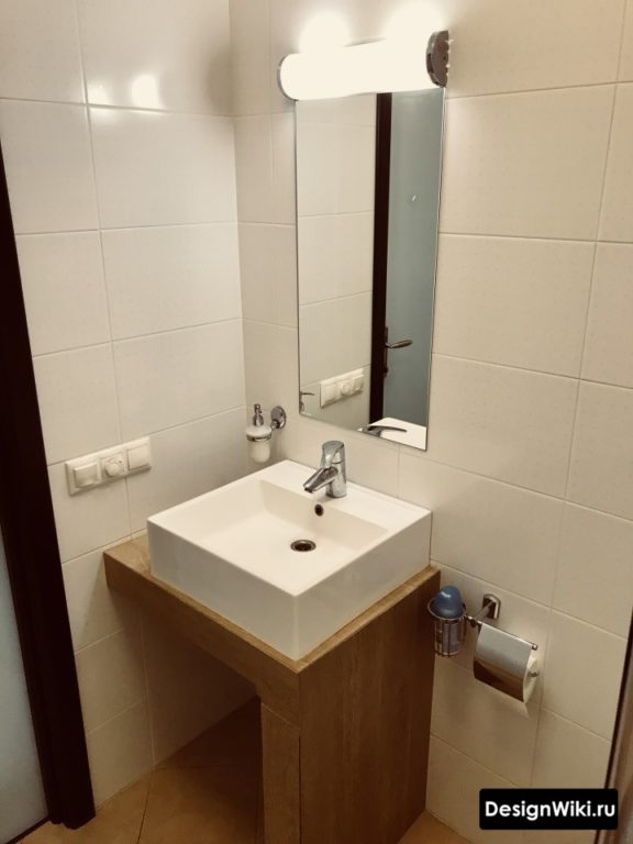 Белая плитка в очень маленькой ванной #дизайнинтерьера #ваннаякомната