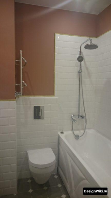 Бело-красная маленькая ванная комната