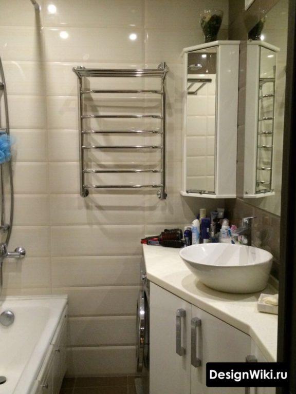 Белый кабанчик в маленькой ванной комнате