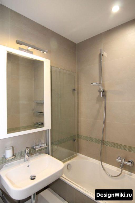 Белый натяжной потолок в небольшой ванной комнате