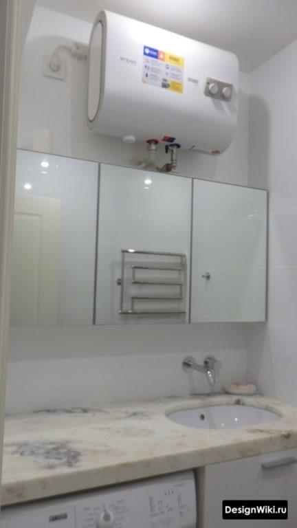 Бойлер над зеркалом в ванной комнате