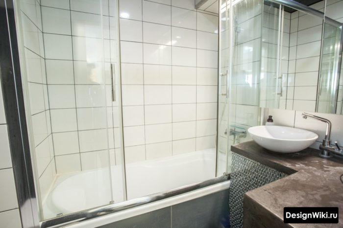 Ванная со стеклянной шторкой малого размера