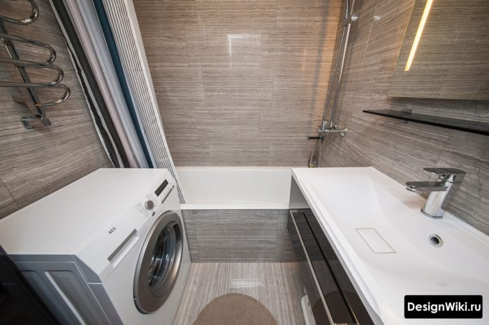 Глянцевый интерьер ванной 4 кв.м со стиральной без туалета
