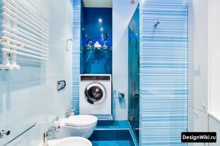 Голубая плитка в совмещенной ванной со стиральной машиной