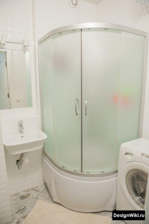 Душевая кабина и стиральная машина в ванной