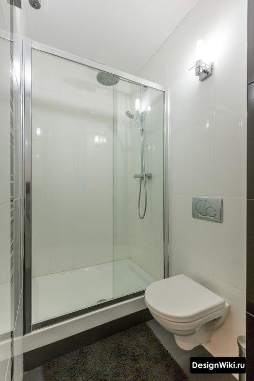 Душ в ванной малых размеров с туалетом