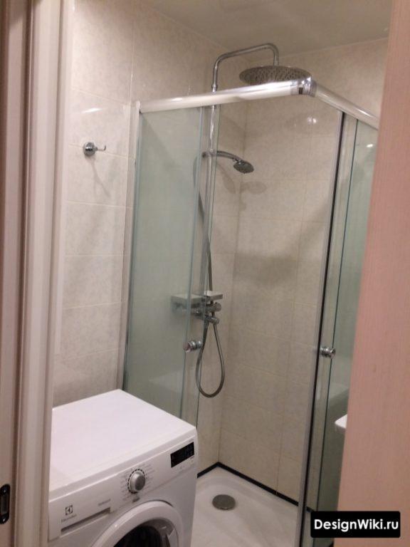 Душ и стиральная машина в ванной