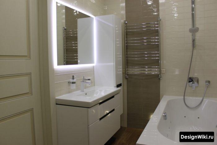 Зеркало с подсветкой в дизайне маленькой ванной