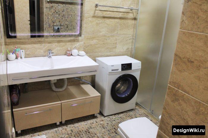 Интерьер ванной с душем и стиральной машиной