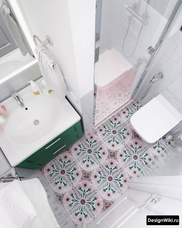 Интерьер маленькой ванной с душем в светлых тонах