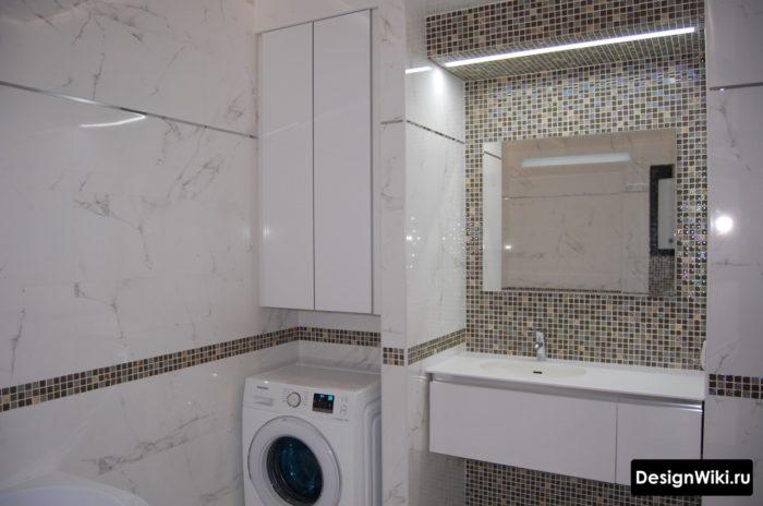 Маленькая белая ванная комната со стиральной машиной