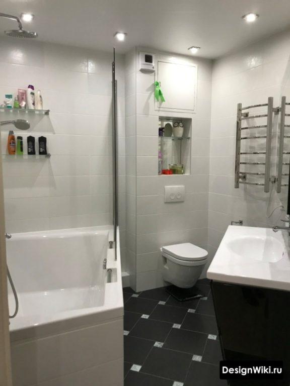 Матовый потолок в маленькой ванной