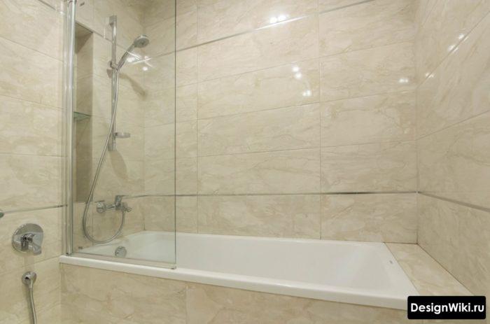 Металлический бордюр в маленькой ванной