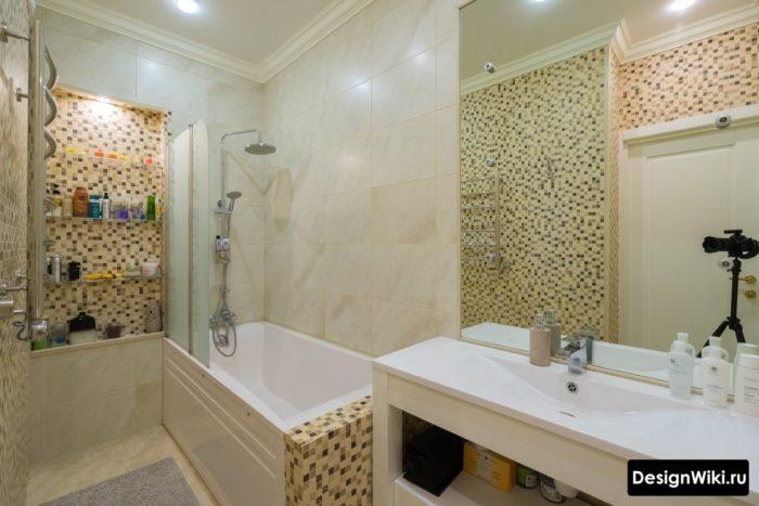 Мозаика на стенах в маленькой ванной комнате