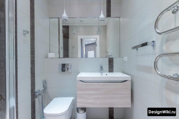 Недорогая белая плитка в маленькой ванной