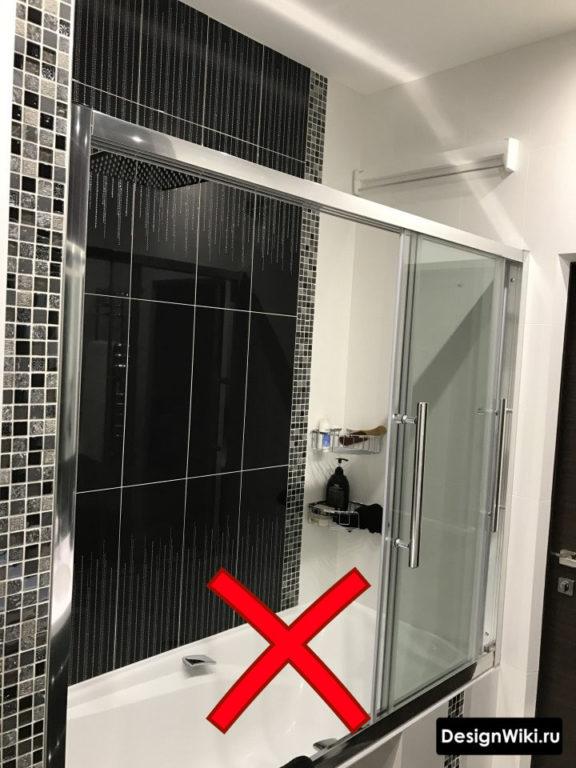 Неправильная плитка для дизайна маленькой ванной