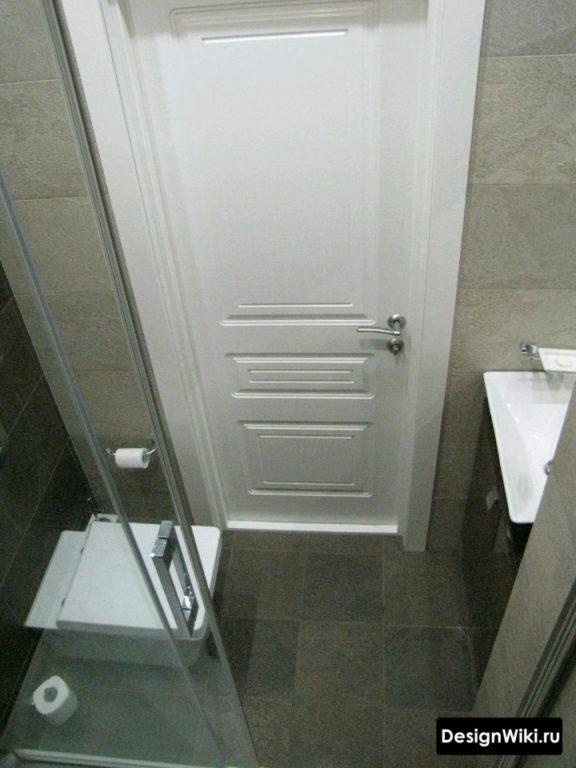 Очень маленькая ванная с душем и туалетом