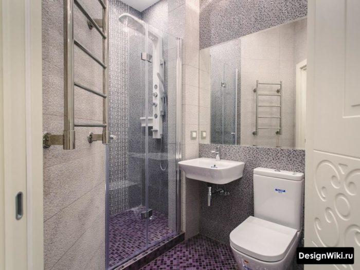 Плитка пиксельная в маленькой ванной с душем