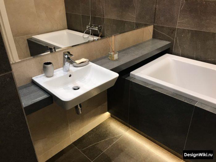 Плитка под мрамор в интерьере небольшой ванной комнаты