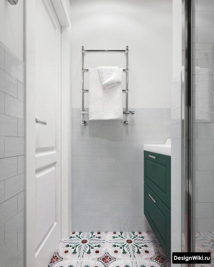 Плитка с узором на полу светлой ванной комнаты