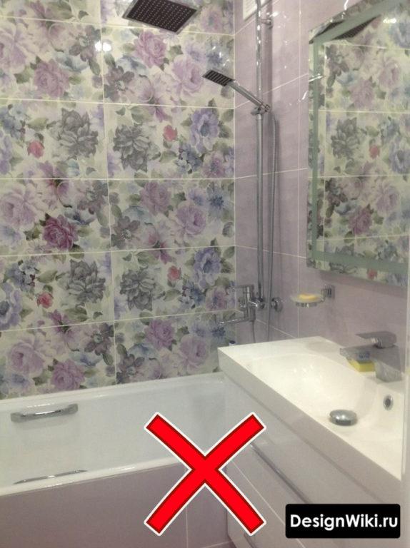 Плитка с цветами в маленькой ванной