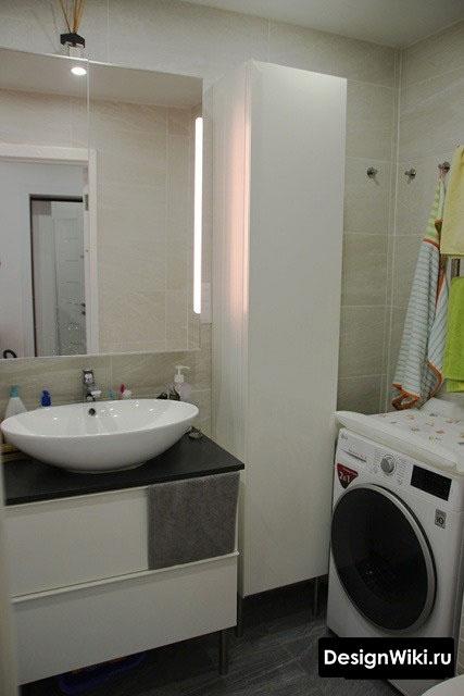 Подвесной белый глянцевый шкаф в ванной комнате