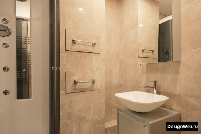 Раковина чаша в маленькой ванной с душем