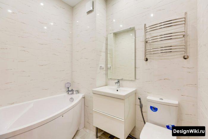 Светлая белая маленькая ванная с туалетом