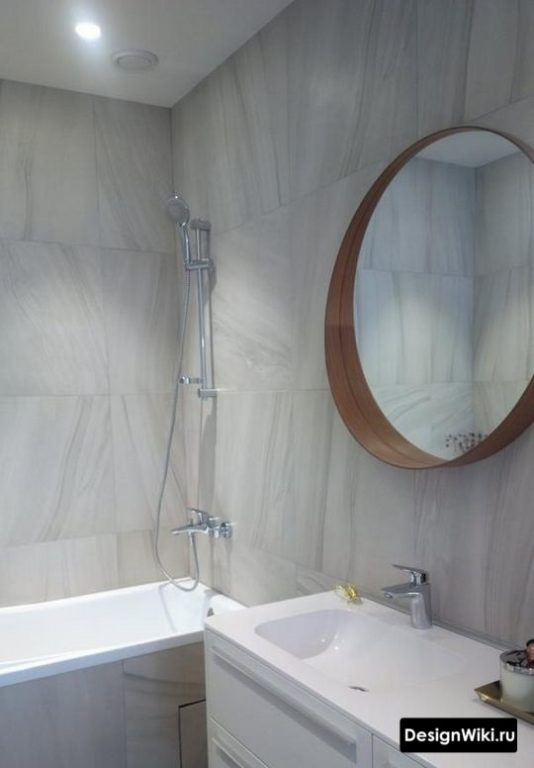 Светло-серый интерьер маленькой ванной