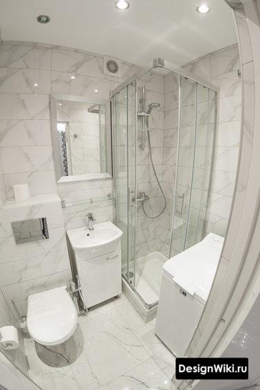 Светлый правильный дизайн маленькой ванной с душем