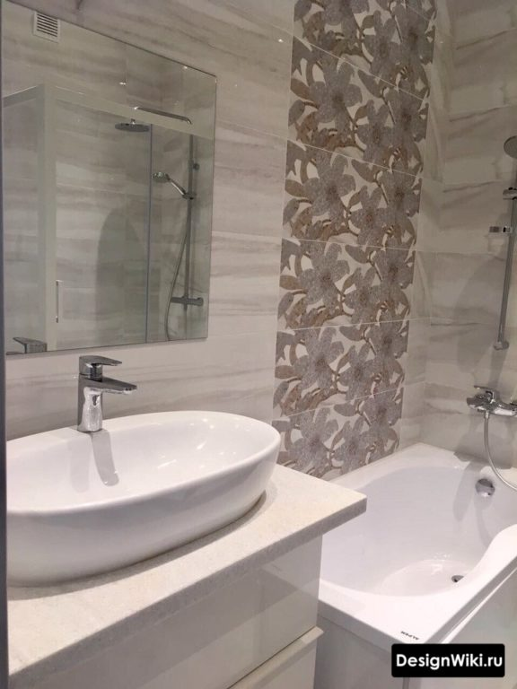 Серая плитка с цветами в маленькой ванной