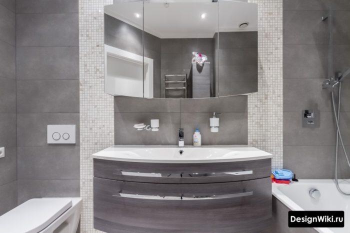 Серая полуматовая плитка в маленькой ванной комнате